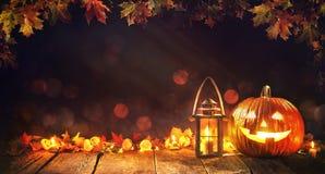 Halloweenowa bania z lampionem na drewnianym Obrazy Royalty Free