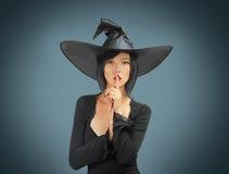 Halloweenowa czarownica robi cisza gestowi Zdjęcia Royalty Free