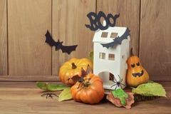 Halloweenowa dekoracja z domem i bania na naturalnym drewnianym tle Fotografia Royalty Free