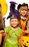 Halloweenowa dziewczyna w czarodziejskim kostiumu z przyjaciółmi Zdjęcie Royalty Free