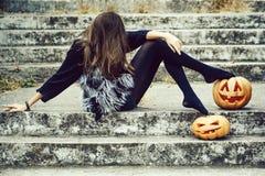 Halloweenowa dziewczyna z banią zdjęcie royalty free