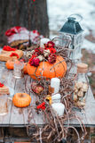 Halloweenowa inspiracja życie ciągle jesieni bania, suche róże, viburnum miodowy tort w wazie gałązki Na stole fotografia stock