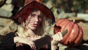 Halloweenowa kobieta Halloweenowa czarownica w z magicznym kapeluszem szcz??liwego halloween Szczęśliwy Halloween z śmieszną kobi zbiory