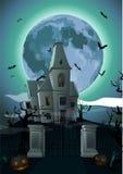 Halloweenowa noc: księżyc w pełni piękna grodowa górska chata, brama, duch Zdjęcie Royalty Free