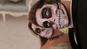 Halloweenowa para, kobieta i m??czyzna z czaszka makija?em, Halloweenowy stawia czo?o sztuk? zdjęcie wideo