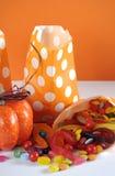 Halloweenowa pomarańczowa polki kropki sztuczka lub fund papierowe torby z koloru cukierkiem - vertical Obraz Stock