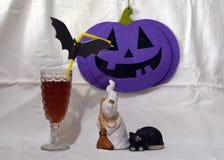 Halloweenowa sceneria z duchem, czarnym kotem, banią i szkłem, obrazy royalty free