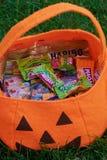 Halloweenowa torba z różnymi cukierkami obrazy stock