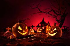 Halloweenowe banie śródnocny straszny las i kasztel obrazy stock