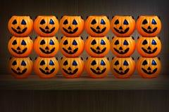 Halloweenowe banie na drewnianej półce Zdjęcia Royalty Free