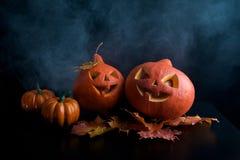 Halloweenowe banie przewodzą dźwigarka lampion na ciemnym tle Obrazy Royalty Free