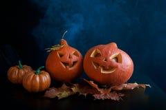 Halloweenowe banie przewodzą dźwigarka lampion na ciemnym tle fotografia stock