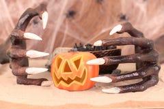 Halloweenowe czarownic ręki i dyniowy ornament Obraz Stock