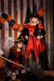 Halloweenowe czarownicy w kostiumach z miotłą Zdjęcie Royalty Free