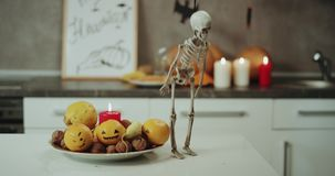 Halloweenowe dekoracje na kuchni, świeczki, banie, bardzo śmieszny dacing kośca na kuchennym stole zdjęcie wideo