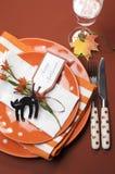 Halloweenowej pomarańczowej polki kropki i lampasa obiadowego stołu położenie. Powietrzny vertical. Obrazy Royalty Free