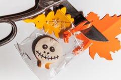 Halloweenowi ciastka i starzy nożyce na białym tle obrazy stock