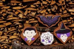 Halloweenowi domowej roboty piernikowi ciastka na drewnianym tle Fotografia Stock