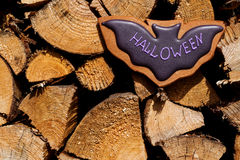 Halloweenowi domowej roboty piernikowi ciastka na drewnianym tle Obraz Royalty Free