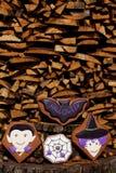 Halloweenowi domowej roboty piernikowi ciastka na drewnianym tle Zdjęcia Stock