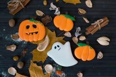 Halloweenowi domowej roboty piernikowi ciastka na stole Fotografia Stock