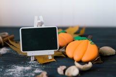 Halloweenowi domowej roboty piernikowi ciastka na stole z czarnym zarządem szkoły Obraz Royalty Free