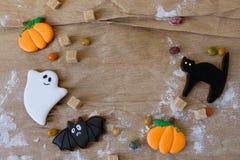 Halloweenowi domowej roboty piernikowi ciastka na stole z kopii przestrzenią Zdjęcia Royalty Free
