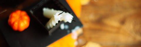 Halloweenowi domowej roboty piernikowi ciastka nad drewnianym tłem format sztandar, szeroki długi zdjęcia stock
