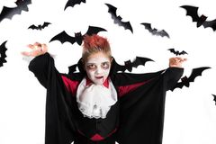 Halloweenowi dzieciaki Straszna chłopiec z Halloween kostiumem wampir Dracula, przygotowywającym dla Halloween przyjęcia lub dyni fotografia stock
