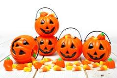 Halloweenowi Jack o cukierku Latarniowi właściciele na białym drewnie fotografia royalty free