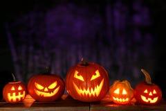 Halloweenowi Jack o lampiony przy nocą przeciw strasznemu tłu obraz royalty free