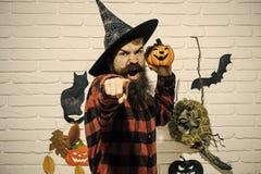 Halloweenowi wakacyjni świętowanie symbole na popielatej ścianie z cegieł fotografia royalty free