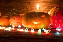 Halloweenowy bani głowy dźwigarki lampion na drewnianym tle Zdjęcie Royalty Free