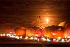 Halloweenowy bani głowy dźwigarki lampion na drewnianym tle Fotografia Royalty Free