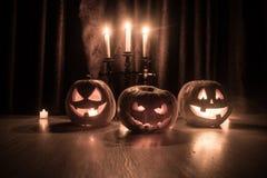 Halloweenowy bani głowy dźwigarki o lampion z rozjarzonymi świeczkami na tle Banie na drewnianej podłoga obraz stock