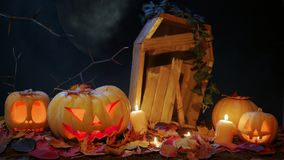 Halloweenowy cmentarz, świeczki i lampion, Zdjęcie Royalty Free