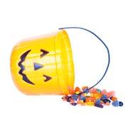 Halloweenowy cukierek i dyniowy wiadro zdjęcie royalty free