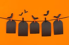Halloweenowy czarny puste miejsce przylepia etykietkę grobowa na pomarańczowym tle, egzamin próbny up Fotografia Stock