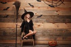 Halloweenowy czarownicy pojęcie - Długi strzał mały caucasian czarownicy dziecko pozuje z magicznym broomstick nad nietoperza i p Obrazy Royalty Free