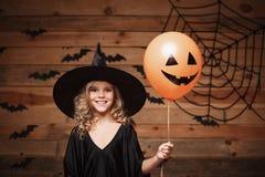 Halloweenowy czarownicy pojęcie - mały caucasian czarownicy dziecko cieszy się z Halloween balonem nad nietoperza i pająka sieci  Obrazy Royalty Free