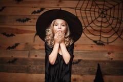Halloweenowy czarownicy pojęcie - zbliżenia małego caucasian czarownicy dziecka szokująca twarz pozuje z nietoperza i pająka siec Zdjęcia Stock