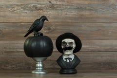Halloweenowy czaszki popiersie, wrona i zdjęcia royalty free