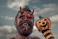 Halloweenowy demon ono uśmiecha się z krwistymi rogami na głowie zdjęcia royalty free