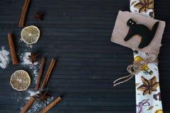 Halloweenowy domowej roboty piernikowy ciastko na drewno stole Obrazy Stock