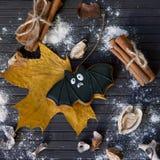 Halloweenowy domowej roboty piernikowy ciastko na stole Obrazy Royalty Free