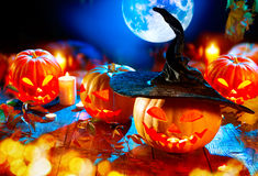 Halloweenowy dyniowy dźwigarka lampion z płonącymi świeczkami Fotografia Royalty Free