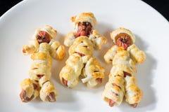 Halloweenowy jedzenie Kiełbasiane mamusie w cieście gotującym w piekarniku Halloween przyjęcia dekoracja i zakąska obrazy stock