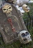 Halloweenowy nagrobek z czaszkami Zdjęcia Royalty Free