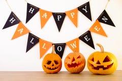 Halloweenowy o temacie wizerunek z rzeźbić baniami w domowego przyjęcia środowisku zdjęcia stock