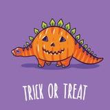 Halloweenowy plakat lub kartka z pozdrowieniami z kreskówka dinosaurem w kostiumu Zdjęcia Stock